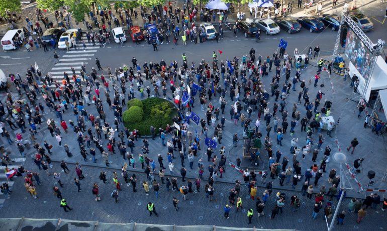 """Demonstrace Milionu chvilek """"NECOUVNEME – Justici nedáme!"""" ve čtvrtek 20. května na Václavském náměstí v Praze  (Milion chvilek pro demokracii/Jana Plavec)"""