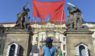 Rudé trenky jako symbol Zemanova prezidentství – demonstrace před Pražským hradem (2019) (ČTK/Říhová Michaela)