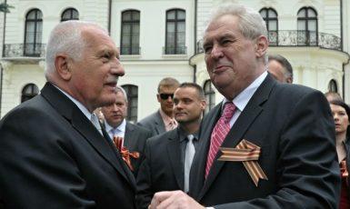 Václav Klaus a Miloš Zeman se svatojiřskou stužkou, symbolem ruského imperialismu (ČTK)