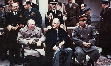 Churchill, Roosevelt a Stalin, někdejší Hitlerův spojenec (Jalta, únor 1945) (U.S. National Archives (wikimedia commons))