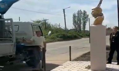 Stalin se u autobusové zastávky moc neohřál a zase ho odvážejí pryč. (instagram.com/Dagestanskiye Ogni)