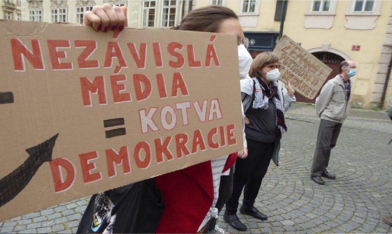 Demonstrace za nezávislost České televize na Malostranském náměstí v Praze. (Jiří X. Doležal)