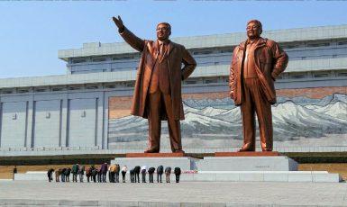 Návštěvníci se klaní severokorejským vůdcům Kim Ir-senovi a Kim Čong-ilovi na kopci Mansudae (Mansu) v severokorejském Pchjongjangu. (commons.wikimedia.org/CC BY-SA 3.0/Bjørn Christian Tørrissen)