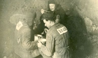 Političtí vězni obědvají v uhelném dole Intalag v roce 1955. (commons.wikimedia.org/CC BY 4.0)