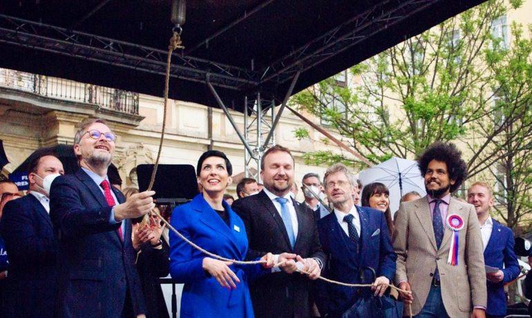 Lídři tří stran koalice SPOLU zvoní na zvon proti populismu při zahájení předvolební kampaně (Facebook/koalice SPOLU)