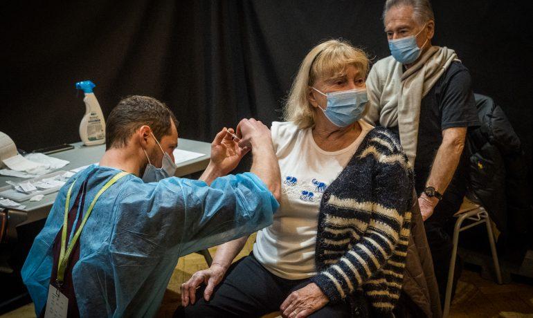 Očkování proti nemoci covid-19. (Claude Truong-Ngoc / Wikimedia Commons - cc-by-sa-4.0)
