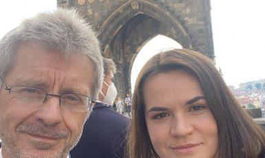 Lídryně běloruské opozice Svjatlana Cichanouská 6. června 2021 přicestovala do Prahy. Přivítala se s předsedou Senátu Milošem Vystrčilem. Navštívili spolu mj. Karlův most. (Twitter Miloše Vystrčila)
