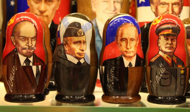 Politické svobody mizí, ale Putinův kult kvete. Matrjošky na moskevském Arbatu. (ČTK/Ruml Miloš)