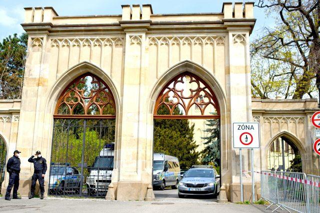 Hlídka Policie ČR před ruským velvyslanectvím v Praze (2021) (ČTK/imago stock&people/Dana Kesnerova via www.imago-images.de)
