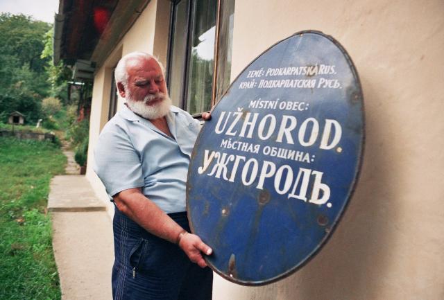 Ondřej Demeter z Užhorodu uchovává jako poklad ceduli z časů, kdy byla Podkarpatská Rus součástí Československa (ČTK/Moravec David)