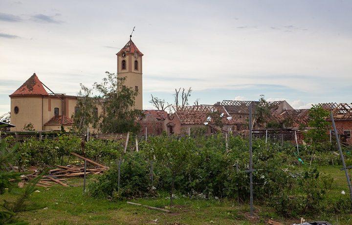 Moravská Nová Ves na Břeclavsku po řádění tornáda (25. 6. 2021) (Tadeáš Bednarz (wikimedia commons))