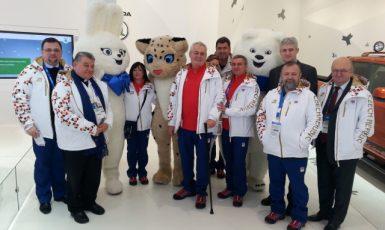 Prezident Zeman s manželkou Ivanou na olympiádě v ruském Soči s plyšovými maskoty, Mynářem, Nejedlým, Dukou, Remkem, Kmoníčkem a Forejtem (9. 2. 2014) (ČTK/PR/KPR/Jiří Ovčáček)