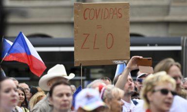 Lidé demonstrují 9. června 2021 na pražském Malostranském náměstí kvůli opatřením a covidovým certifikátům.Protesty pořádaly hnutí Chcípl PES i Volný blok. (ČTK)
