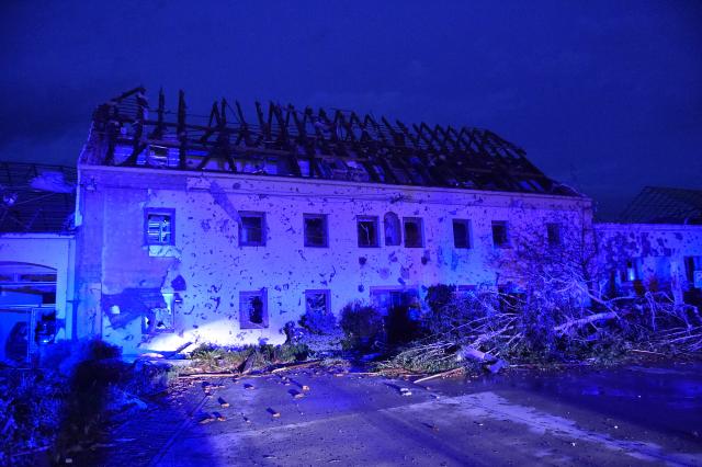 Silná bouře se 24. června 2021 přehnala Moravskou Novou Vsí na Břeclavsku.  (ČTK)