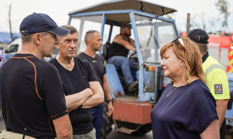 Premiér Andrej Babiš (ANO) a ministryně financí Alena Schillerová (za ANO) na jižní Moravě (Ray Baseley)