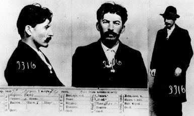 Policejní fotografie J. V. Stalina v roce 1911. (commons.wikimedia.org/volné dílo)