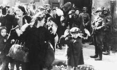 Polští Židé zajatí Němci během povstání ve varšavském ghettu, květen 1943. (Wikimedia Commons/public domain)