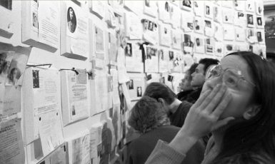 """""""Zeď smutku"""" na první výstavě obětí stalinismu. Moskva 19. listopadu 1988. (commons.wikimedia.org/CC BY-SA 4.0/Dmitrij Borko)"""