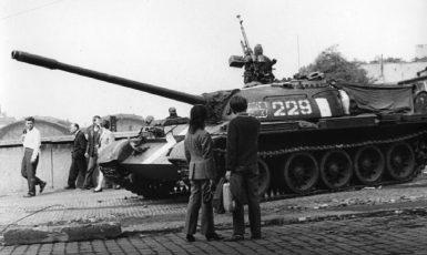 Okupační sovětský tank v Praze v srpnu 1968. (commons.wikimedia.org/František Dostál´s archive/CC BY-SA 4.0)
