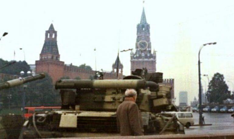 Tank T-80 na Rudém náměstí během srpnového převratu v roce 1991. (commons.wikimedia.org/public domain)