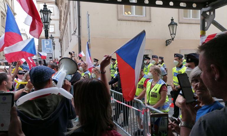Záběr z demonstrace proti opatřením a covidovým certifikátům (Forum 24)