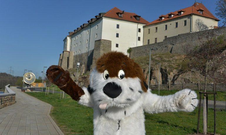 Maxipes Fík se stal pohádkovým maskotem úspěšného města Kadaně na českém severozápadě (Václav Vlasák)