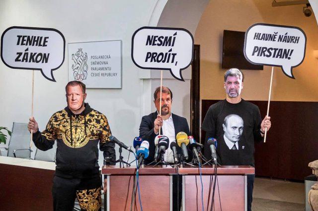 """""""Lobbisté"""" očima Pirátů a STAN na páteční tiskové konferenci. (Starostové a nezávislí)"""