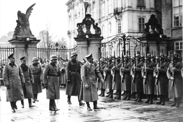 Německý tyran Adolf Hitler v okupované Praze (15. březen 1939) (Deutsches Bundesarchiv (wikimedia commons))