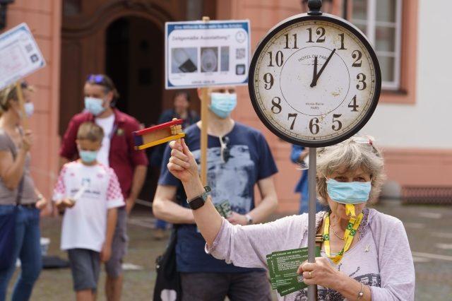 V Německu jsou běžné demonstrace občanů-rodičů týkající se školství a vzdělávání (Mohuč, 10. 7. 2021) (ČTK/DPA/Frank Rumpenhorst)