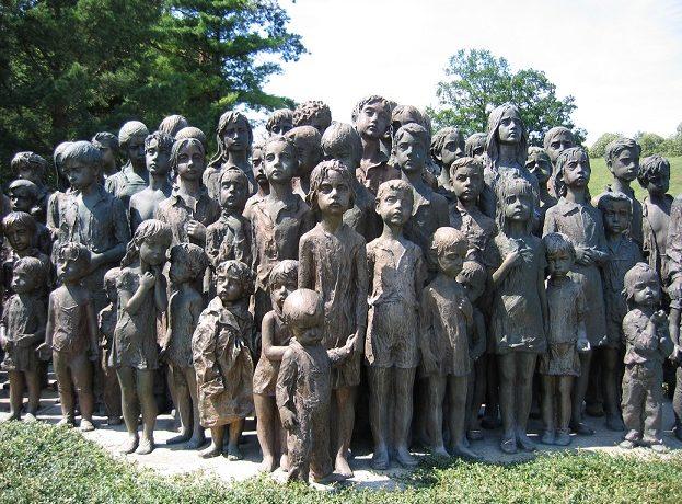 Památník dětských obětí v Lidicích (wikimedia commons)