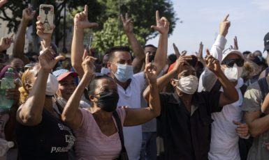 Demonstranti vyšli do ulic v několika městech na Kubě na protest proti vládě a vysokým cenám potravin (ČTK/AP/Eliana Aponte)