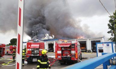 Záběr z požáru haly v Uhřiněvsi (HZS Praha)