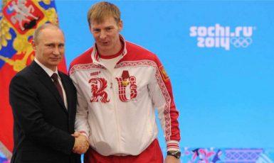Vladimír Putin uděluje Alexandru Zubkovovi ocenění na slavnostním ceremoniálu pro ruské sportovce 24. února 2014. O tři a půl roku později byly Zubkovovi zlaté medaile odebrány. (commons.wikimedia.org/CC BY 4.0)