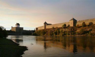 Řeka Narva, vlevo hrad Narva, vpravo hrad Ivangorod. Hranice mezi Estonskem a Ruskem. (commons.wikimedia.org/CC BY-SA 2.0)