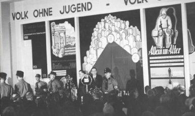 Joseph Goebbels otvírá dne 18. března 1933 výstavu o ženách. (commons.wikimedia.org/CC BY-SA 3.0 de)