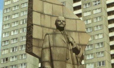 Socha Lenina vztyčená východoněmeckou marxisticko-leninskou vládou na Leninově náměstí ve východním Berlíně (odstraněna v roce 1992). (commons.wikimedia.org/public domain)