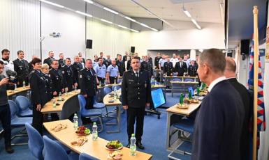 Premiér Andrej Babiš (ANO) s policisty (Úřad vlády ČR)