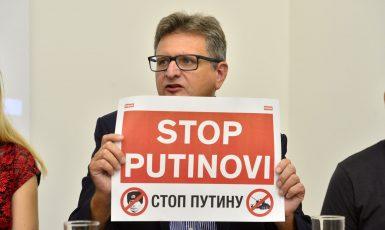 Tisková konference ke koncertu 30 let bez okupantů. Pavel Šafr ukazuje vzkaz Putinovi. (Zbyněk Pecák)