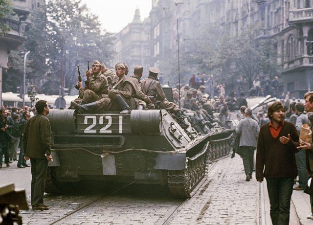 Sovětští vojáci v pražských ulicích 21. 8. 1968 – počátek dvacetileté okupace Československa (ČTK/Fotobanka ČTK/Hajský Libor)