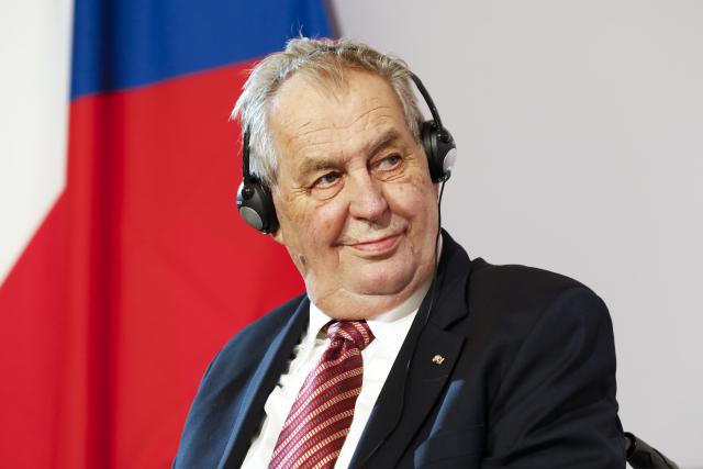 Občasný výlet do zahraničí stárnoucího Miloše Zemana vždy potěší (Vídeň, 10. 6. 2021) (ČTK/AP/Lisa Leutner)