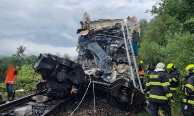U obce Milavče mezi stanicemi Domažlice a Blížejov se 4. srpna 2021 kolem osmé ráno srazily dva vlaky. Dva lidé zemřeli, sedm je v kritickém stavu, 31 zraněných je mimo ohrožení života. (ČTK)