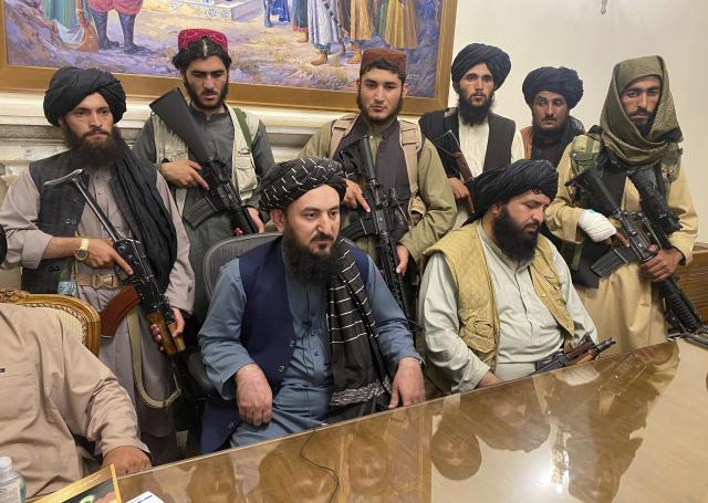 Tálibánští bojovníci poté, co převzali kontrolu nad prezidentským palácem v Kábulu (ČTK/AP/Zabi Karimi)