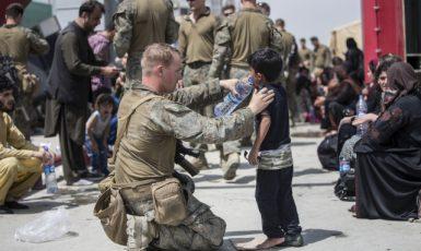 Na letišti v Kábuli bylo stále mnoho lidí, kteří doufali, že se jim podaří zemi opustit. (ČTK/AP/Sgt. Samuel Ruiz)