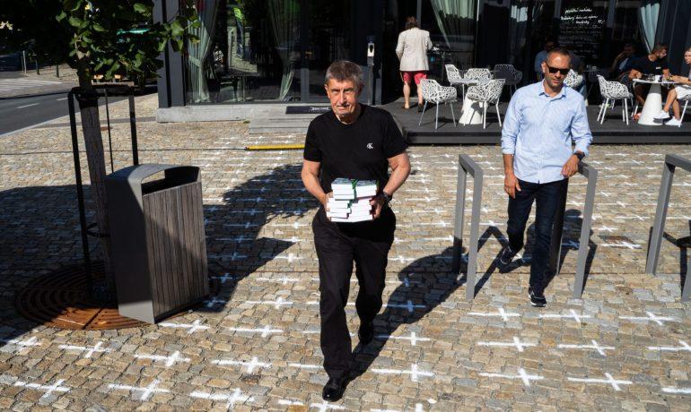 Andrej Babiš v Průhonicích. Kříže na zemi symbolizují oběti koronaviru (Ray Baseley / se svolením autora)