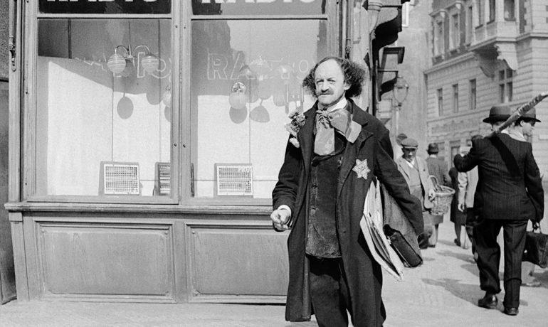Robert Guttmann v ulicích Starého Města pražského za protektorátních časů (1941) (wikimedia commons)