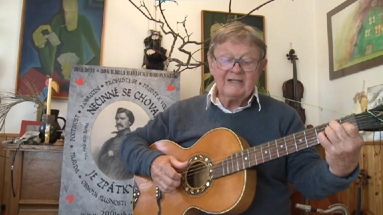 Písničkář Vladimír Merta zpívá píseň 200 let Havlíčka na zámku v Malči (2021) (Václav Macháček)