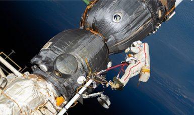 Ruský kosmonaut Oleg Kononěnko kontroluje povrch kosmické lodě Sojuz MS-09.  (commons.wikimedia.org/public domain)