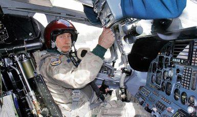 Ruský prezident Vladimir Putin v kabině strategického bombardéru ТU-160 před zahájením vojenského cvičení letounů dálkového letectva a Severní flotily v roce 2005. (commons.wikimedia.org/CC BY 4.0/Presidential Press Service)