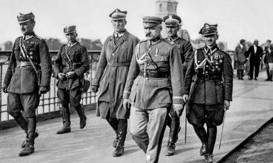 Józef Piłsudski při převratu na Poniatowského mostě ve Varšavě v roce 1926. (commons.wikimedia.org/Public Domain)