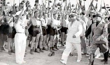 Benito Mussolini a fašistická mládež v roce 1935 v Římě. (commons.wikimedia.org/public domain)